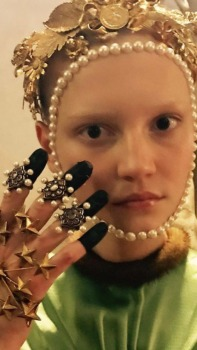 Face decorated with pearls along starry fingures.